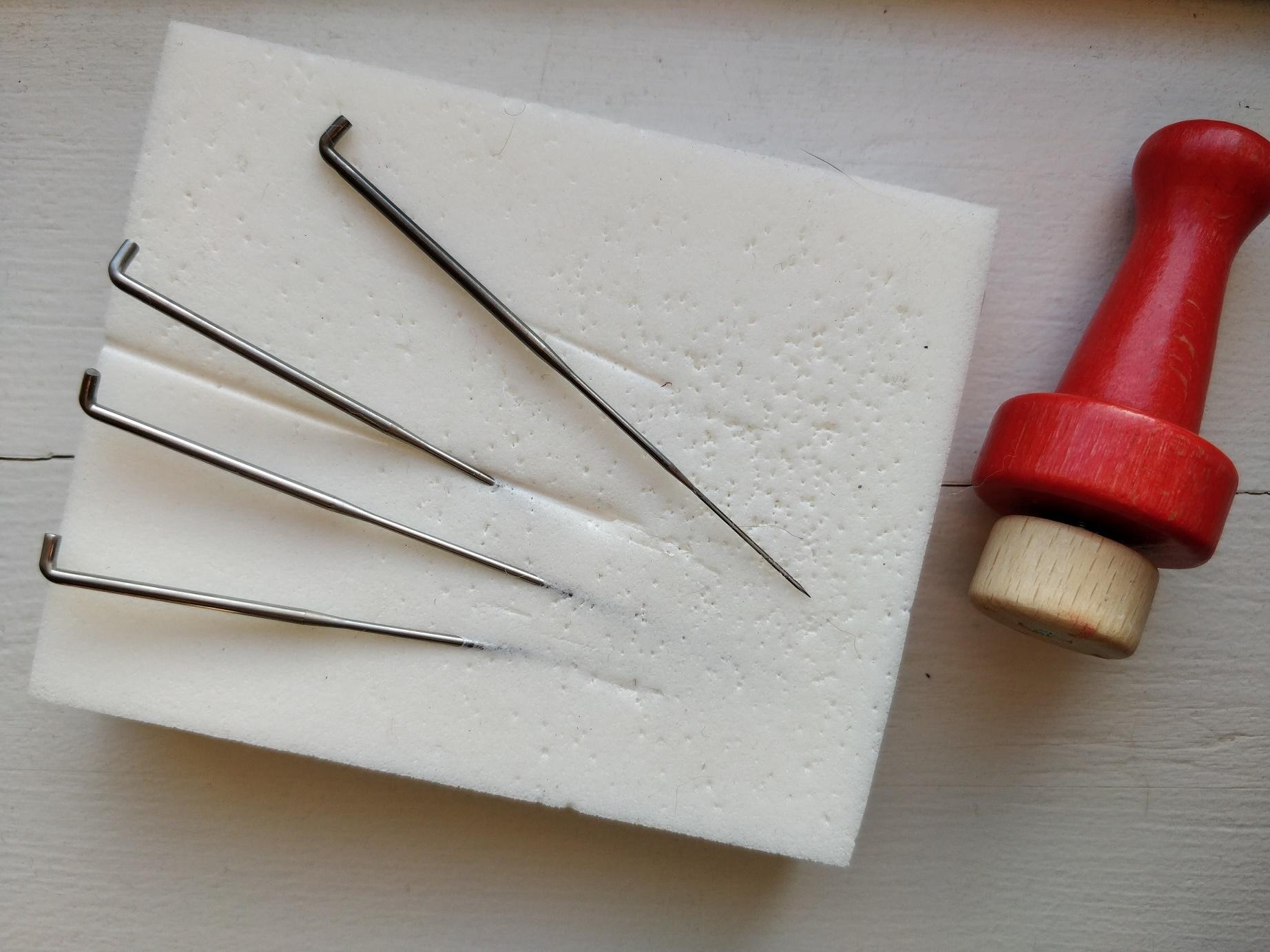 Nåle til nålefiltning og et håndtag man kan sætte 4 nåle i