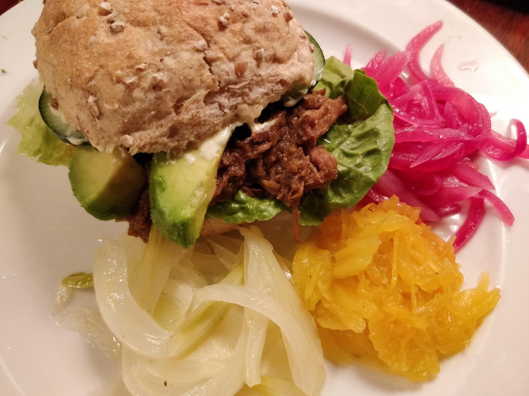 Burger med dpulled beef og hjemmesyltede grønsager